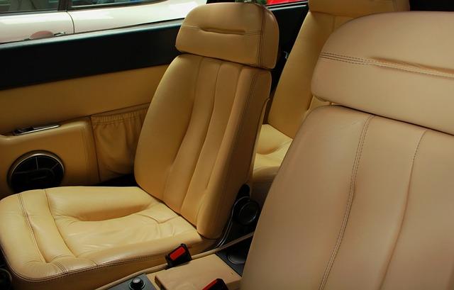 Kremowa tapicerka samochodu