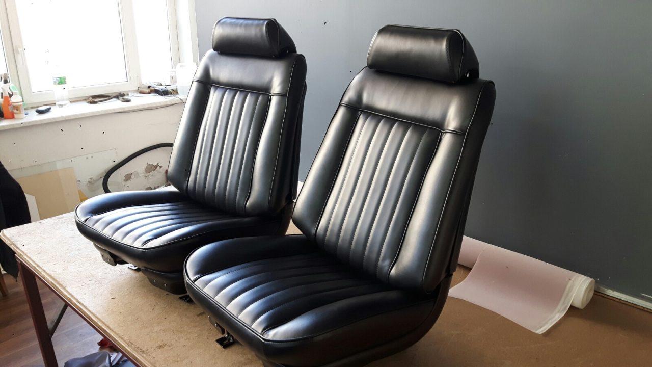 Tapicer Bielsko - odnowiona czarna tapicerka na fotelach